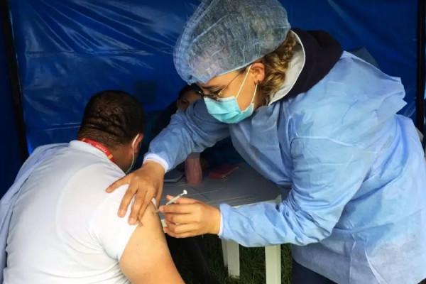 actualmente es la vacuna mas esperada por los colombianos debido a que estan pendientes de la segunda dosis